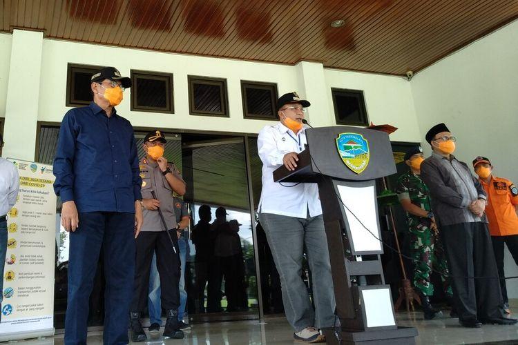 Wali Kota Tasikmalaya Budi Budiman, bersama tim gugus tugas penanggulangan covid-19 di wilayahnya saat menggelar konferensi Pers terakhir usai mewabahnya pandemi corona di Kota Tasikmalaya, Rabu (25/3/2020).