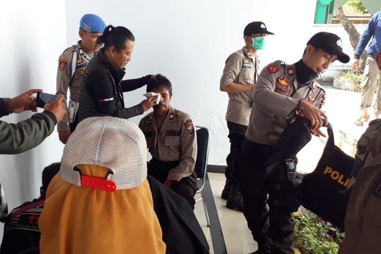 Aksi mahasiswa di depan gedung DPRD Kota Palopo, berakhir ricuh, saling serang mahasiswa dan aparat kepolisian terjadi hingga ke dalam lapangan Pancasila, akibatnya satu orang Polisi mengalami luka bagian mata, Senin (30/09/2019)