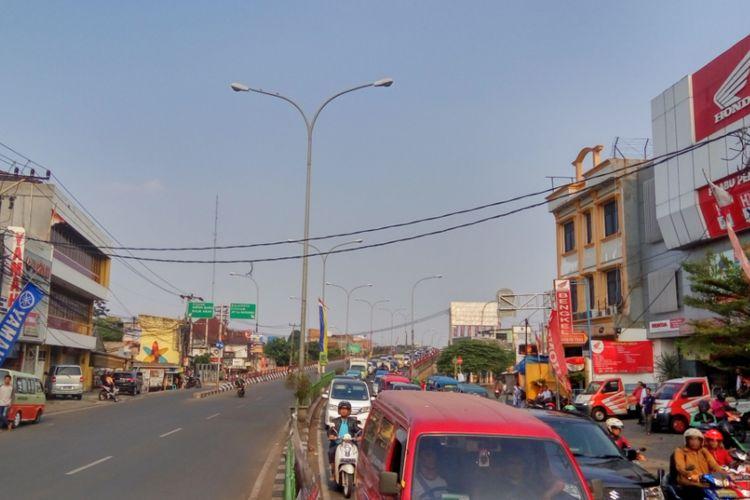 Kemacetan yang terjadi pada arus lalu lintas dari arah timur ke barat, Jalan Arif Rahman Hakim, Depok pada Kamis (7/9/2017) sore. Kemacetan terjadi akibat adanya aksi menentang sistem satu arah (SSA) yang dilakukan sekelompok pemuda di lokasi tersebut.