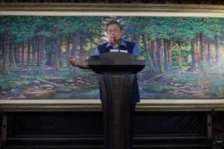 Ketua Umum Partai Demokrat Susilo Bambang Yudhoyono berbicara mengenai situasi politik terakhir dalam konferensi pers di kediamannya Puri Cikeas, Gunung Putri, Bogor, Rabu (2/11/2016).