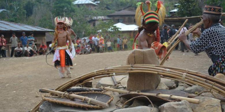 Tetua adat menyerahkan alat tari Caci pada acara Poka Kaba Congko Lokap di Kabupaten Manggarai Timur, Nusa Tenggara Timur.