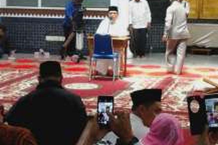 Seorang calon gubernur Aceh sedang mengikuti tes kemampuan membaca Al Quran sebagai syarat peserta calon kepala daerah untuk Pilkada 2017, Rabu (28/9/2016).