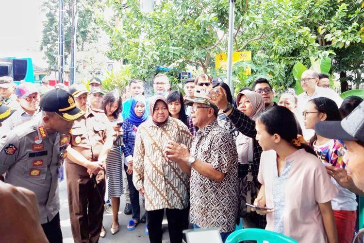 Wali Kota Surabaya Tri Rismaharini bersama jajaran forkopimda saat meninjau TPS 044 di Jalan Luntas, Kelurahan Pacar Keling, Kecamatan Tambaksari, Surabaya, Rabu (17/4/2019).