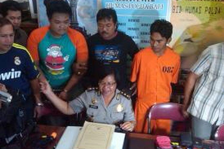 Buchori (kanan), tersangka DPO spesialis jambret bule berhasil dibekuk tim Direktorat Reserse Kriminal Umum (Direskrimum) Polda Bali.