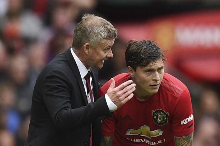 Ole Gunnar Solskjaer memberi instruksi kepada Victor Lindelof pada laga Manchester United vs Chelsea di Stadion Old Trafford dalam lanjutan Liga Inggris, 11 Agustus 2019.
