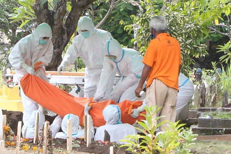 Pemakaman pasien covid-19 yang meninggal dunia setelah dirawat di RSUD Kota Mataram, dilakukan oleh petugas sesuai pemakaman protokol covid-19, Rabu sore (10/2/2021) di Pemakaman Umum Karang Medain, Kota Mataram.