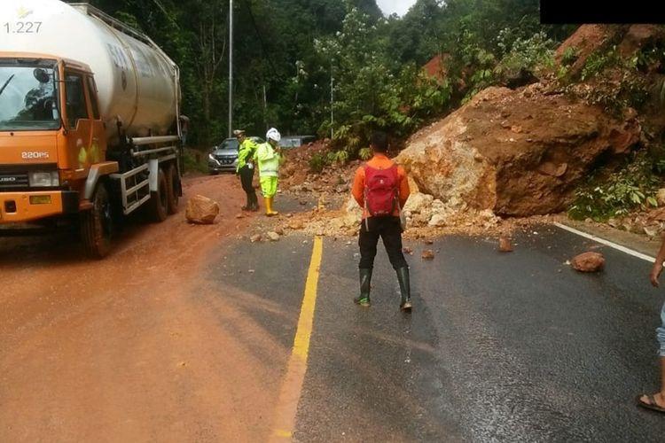 Longsor di Kabupaten Limapuluh Kota, Sumatera Barat menyebabkan akses jalan Sumbar-Riau terganggu, Rabu (4/12/2019)