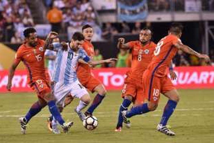 Kapten Argentina, Lionel Messi, mencoba meloloskan diri dari kepungan pemain Cile pada final Copa America Centenario, Minggu (26/6/2016).