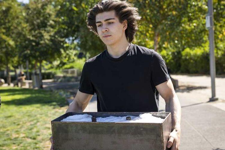 Pemuda 17 tahun asal Portland, Amerika Serikat, Charlie Abrams yang berhasil mengubah sampah plastik menjadi batu bata.