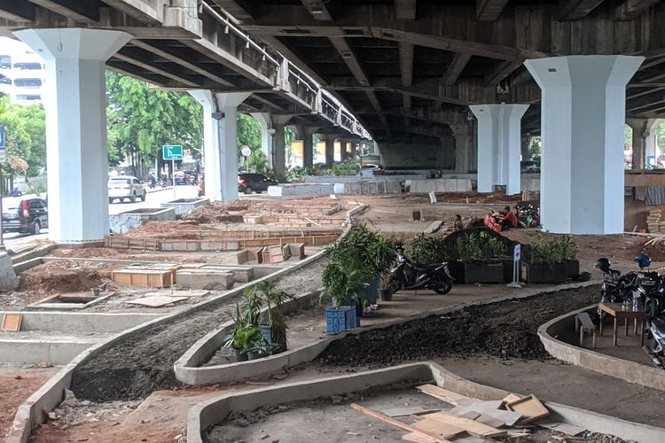 Pemerintah Kota Jakarta Utara sedang membangun taman di kolong Tol Wiyoto Wiyono, Jalan Yos Sudarso, perbatasan Kecamatan Tanjung Priok dan Kelapa Gading Jakarta Utara.