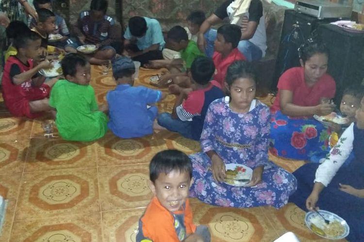 Sejumlah anak-anak korban banjir di Desa Terantang, Kecamatan Tambang, Kabupaten Kampar, Riau, yang sedang makan nasi putih dicampur mie instan, Sabtu (15/12/2018)
