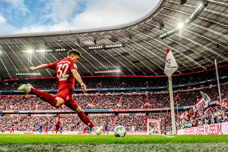 MUNICH, GERMANY - OCTOBER 05: Joshua Kimmich of Munich kicks a corner during the Bundesliga match between FC Bayern M¸nchen and TSG 1899 Hoffenheim at Allianz Arena on October 5, 2019 in Munich, Germany. (Photo by Thomas Eisenhuth/Bundesliga/Bundesliga Collection via Getty Images)