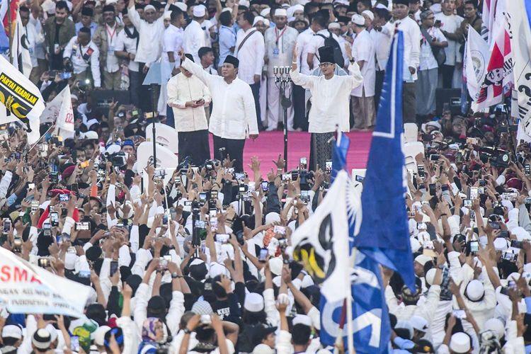 Pasangan capres-cawapres nomor urut 02 Prabowo Subianto (kiri) dan Sandiaga Uno (kanan) menyapa pendukungnya saat kampanye akbar di Stadion Utama Gelora Bung Karno, Jakarta, Minggu (7/4/2019).