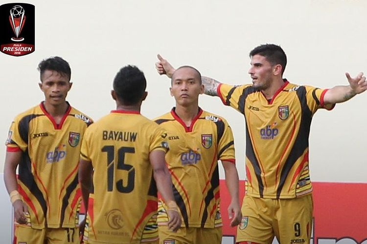 Para pemain Mitra Kukar merayakan kemenangan atas Martapura FC, Rabu (17/1/2018).