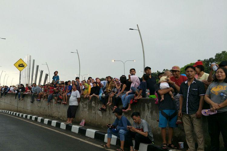 Masyarakat menyaksikan parade aparatur pemerintahan Kota Bekasi, Minggu (10/3/2019).