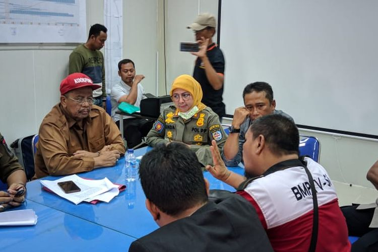 Kasatpol PP Kota Depok, Lienda R (Kerudung kuning) saat berdialog dengan warga di kawasan pembangunan UIII, Cisalak Depok, Senin (11/11/2019)
