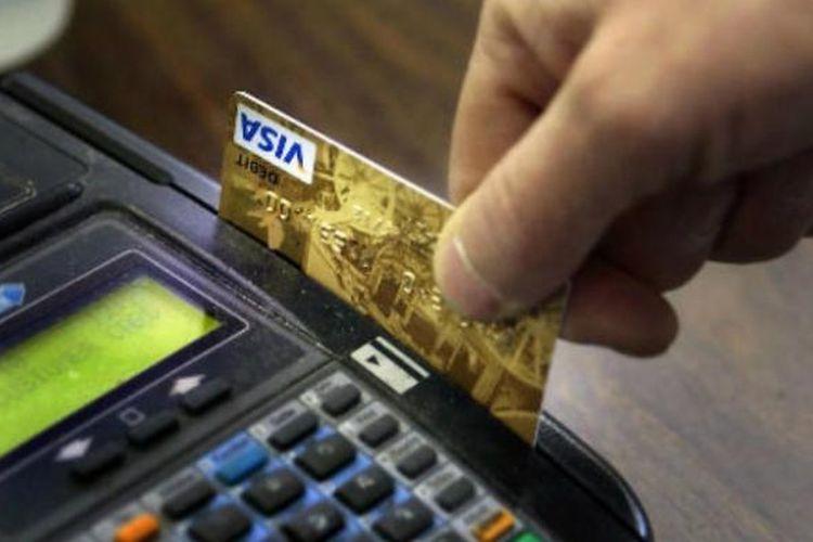 Membayar menggunakan kartu kredit.