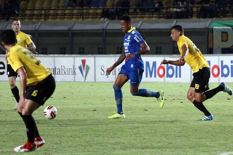 Penyerang Persib Bandung, Wander Luiz (biru), mencoba melewati hadangan beberapa pemain Barito Putera, saat kedua tim beruji tanding di Stadion Si Jalak Harupat, Selasa (11/2/2019).