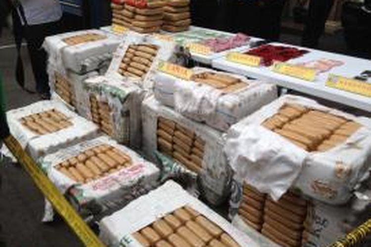 Sebanyak 540 kilogram ganja kering yang diselundupkan pengedar narkoba jaringan Aceh dipamerkan di Polres Jakarta Barat, Senin (13/4/2015).