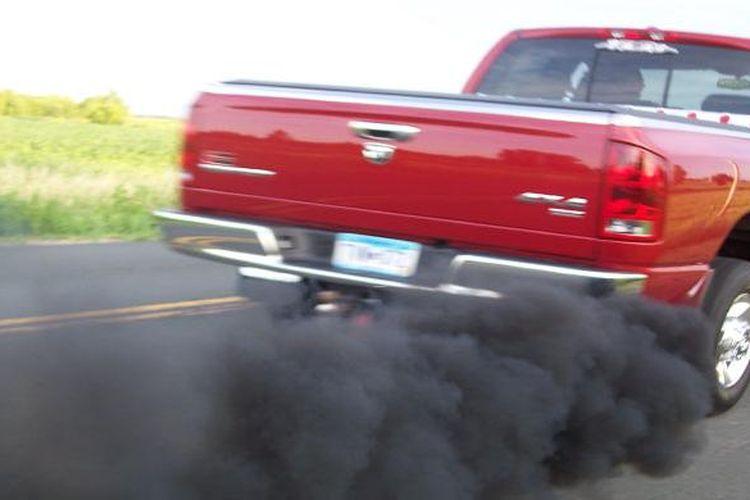 Ilustrasi kepulan asap hitam mobil diesel