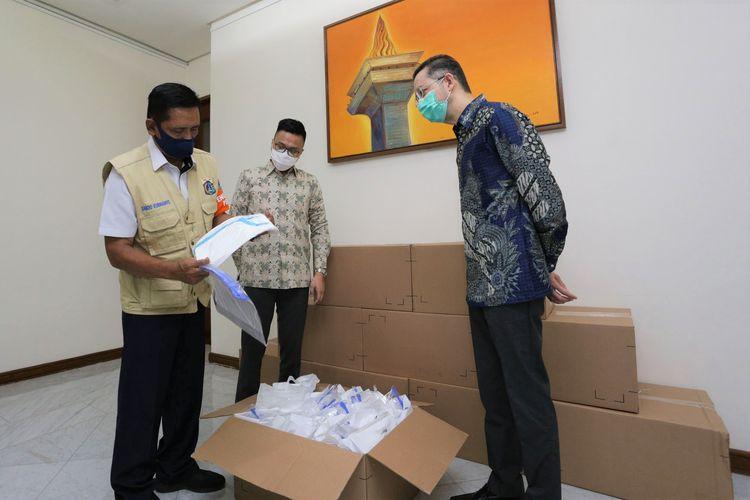 BMW Group Indonesia kembali menyalurkan bantuan penanganan Covid-19. Donasi tahap kelima ini hadir dalam bentuk alat pelundung diri (APD) untuk tenaga medis yang disalurkan melalui Badan Penanggulangan Bencana Daerah (BPBD) DKI Jakarta.