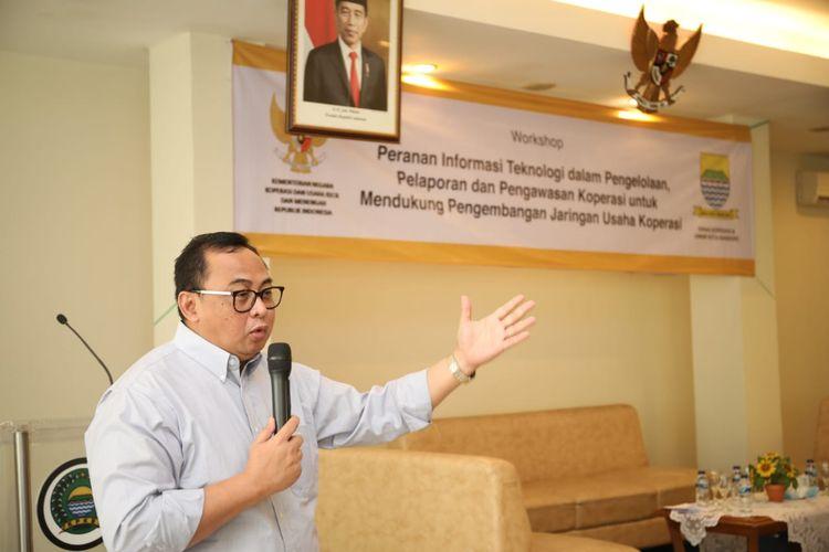 Sekretaris Kementerian Koperasi dan UKM Prof. Rully Indrawan memberikan sambutan dan paparan pada Workshop Peranan Informasi Teknologi dalam pengelolaan , pelaporan dan pengawasan koperasi untuk mendukung pengembangan JUK. Di  Koperasi Pegawai Pemerintah Kota Bandung (KPKB) Bandung, Jumat (14/2/2020).