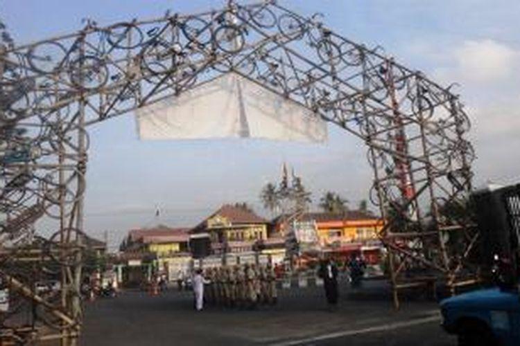 Monumen sepeda onthel di Universitas Jember (Unej) Jawa Timur.