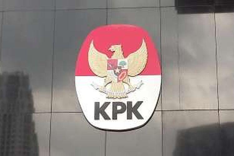 Logo Komisi Pemberantasan Korupsi di Gedung Baru KPK, Kuningan, Jakarta Selatan, Senin (22/2/2016).