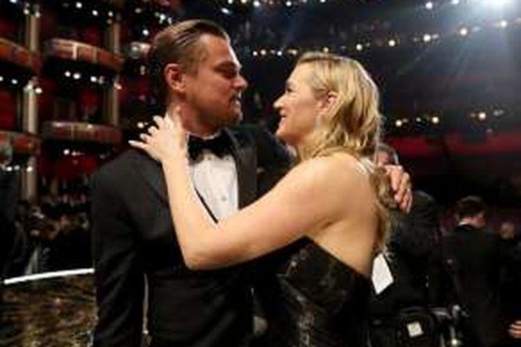 Leonardo DiCaprio (kiri) dan Kate Winslet menghadiri perhelatan Academy Awards ke-88 di Dolby Theatre, Hollywood, California, Minggu (28/2/2016).