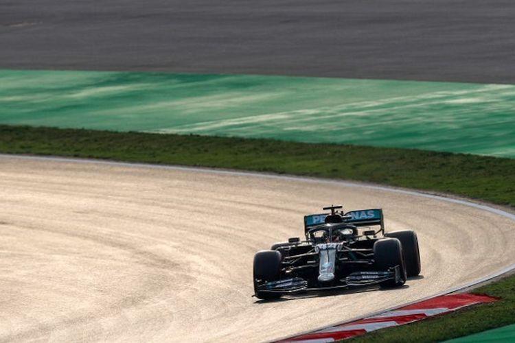 Pebalap Mercedes, Lewis Hamilton, menjajal sirkuit Intercity Istanbul Park di Istanbul, Turki, pada 13 November 2020 jelang F1 GP Turki.
