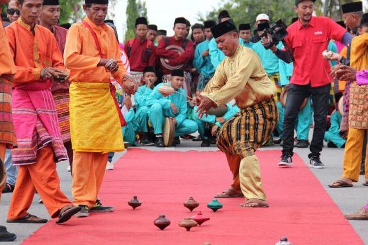 Permainan tradisional gasing kembali hidup dalam budaya lokal di Kota Siak, Riau. Permainan segala umur itu merupakan bagian dari atraksi budaya disela-sela acara lomba balap sepeda Tour de Siak yang dimulai pada Rabu (19/10/2016).