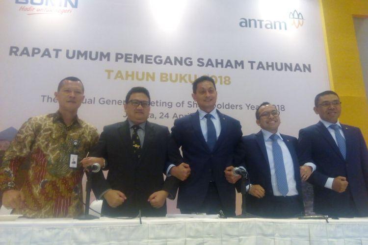 Para Direksi PT Aneka Tambang Tbk (Antam) berfoto usai melaksanakan Rapat Umum Pemegang Saham Tahunan (RUPST) Tahun Buku 2018 di Hotel Borobudur, Jakarta, Rabu (24/4/2019).