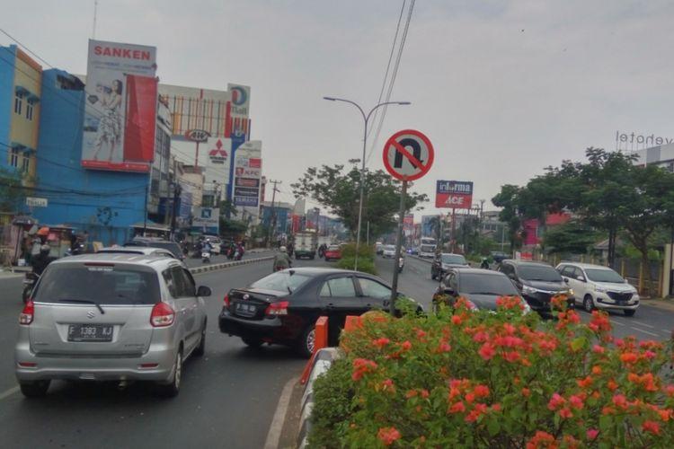 Sejumlah kendaraan yang kedapatan berputar balik di putaran balik (u-turn) Jalan Margonda tepatnya di depan Klinik LBC, Senin (25/9/2017) siang. Padahal rambu lalu lintas yang terpasang sudah jelas larangan berputar balik di lokasi tersebut.