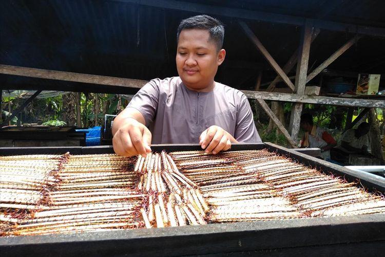 Ricky Santri Kurniawa. (22) menyusun sate lipan di rumahnya di Dusun Belimbing, Desa Melati II, Kecamatan Perbaungan, Serdang Bedagai, Sumatera Utara. Lipan ini dikeringkan untuk kemudian diekspor. Awal Agustus lalu, Ricky mengekspor 100.000 ekor lipan kering ke Vietnam.