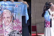 Paus Fransiskus Dihadiahi Jubah Tradisional Jepang Bergambar Anime Wajahnya