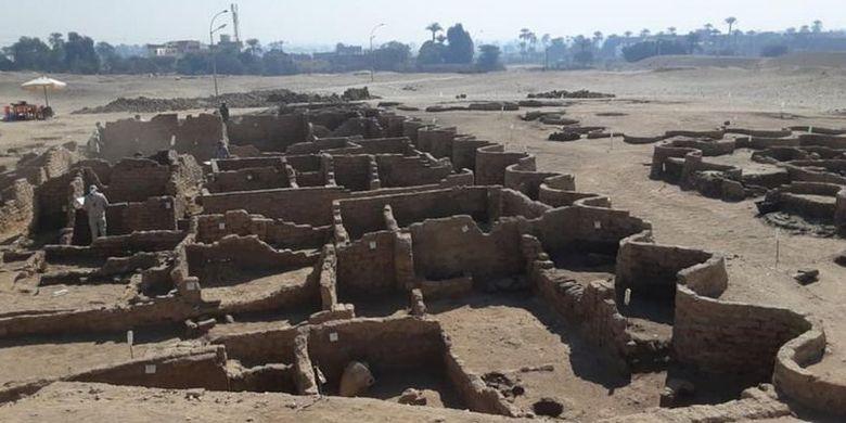 Se cree que la ciudad fue construida durante el reinado del faraón Amenhotep III.