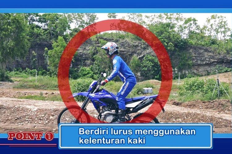 Cara mengendalikan motor sambil berdiri