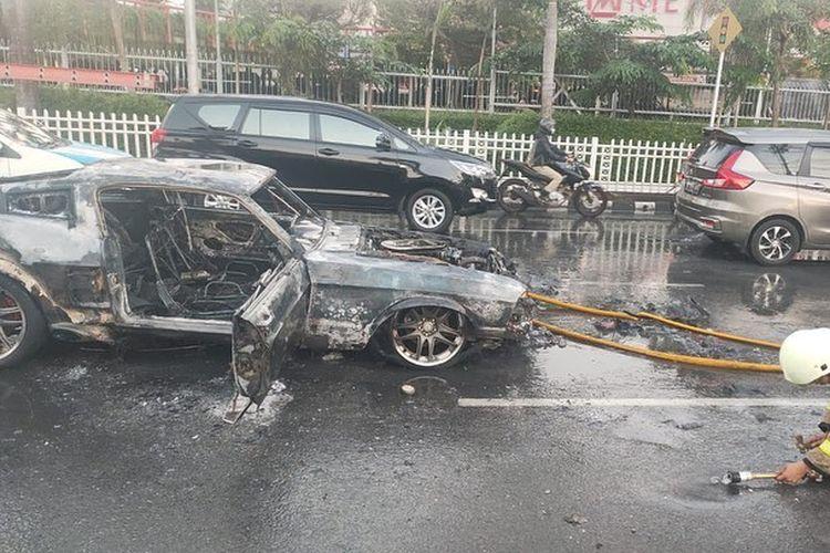 Mobil terbakar yang diketahui adalah Ford Mustang Shelby GT500, di kawasan Pondok Indah, Jakarta Selatan, dan diduga karena terjadi korsleting listrik