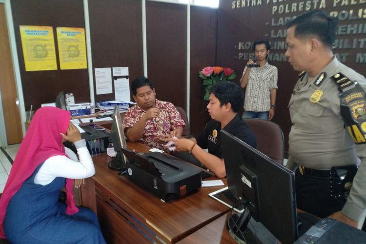 Trina Sari (44) saat membuat laporan di Polresta Palembang lantaran telah menjadi korban hipnotis, Minggu (30/30/12/2018). Uang Rp 5 juta milik korban dan setengah suku emas raib dibawa kabur pelaku.