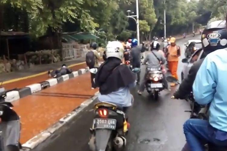 Beberapa motor terjatuh karena jalan dipenuhi solar dan air hujan