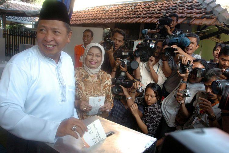 Hamzah Haz didampingi istri, Nani, saat mengikuti Pemilu 2004.