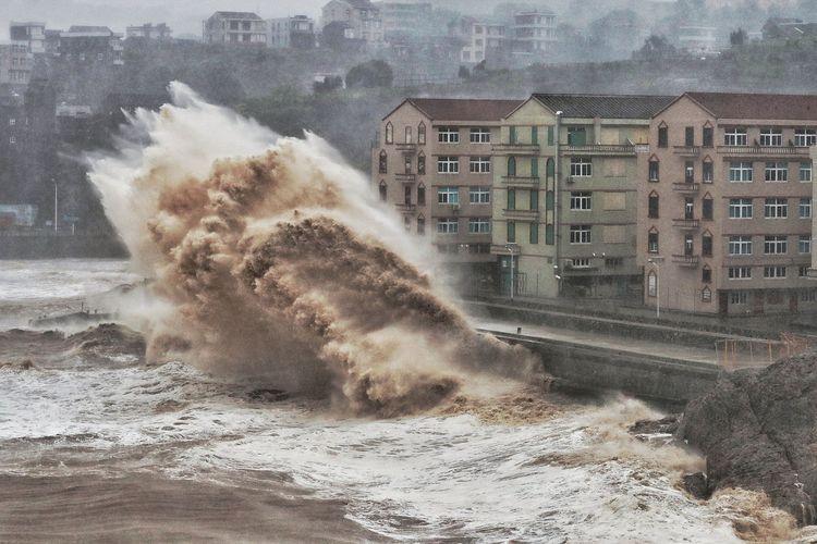 Gelombang laut menghantam jalanan depan bangunan di Taizhou, Provinsi Zhejiang di China akibat Topan Lekima pada 9 Agustus 2019. Sejauh ini, 32 orang dilaporkan tewas akibat topan tersebut.