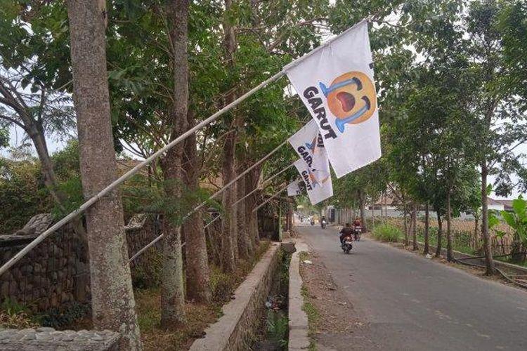 Perhimpunan Hotel dan Restoran Indonesia (PHRI) Garut mengibarkan bendera putih di setiap hotel di Garut, Senin (19/7/2021). Pengibaran bendera putih itu sebagai bentuk kekecewaan terhadap keadaan perhotelan dan restoran yang mengalami ketidakpastian di masa pandemi Covid-19.