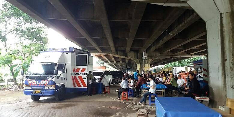 Mobil pelayanan SIM keliling dibawah Kolong Tol Penjaringan, Jakarta Utara, Rabu (10/2/2016).