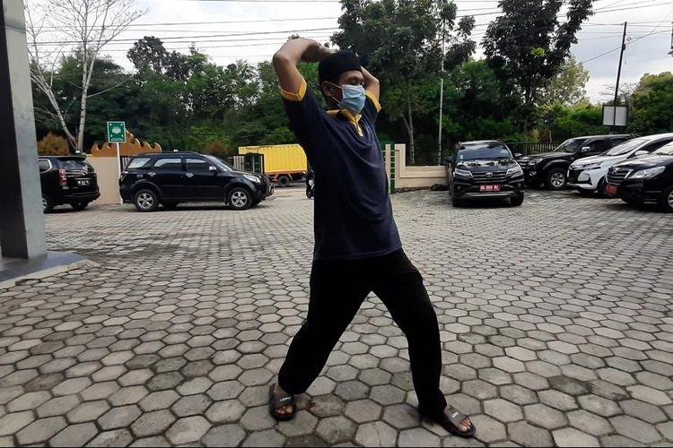 Abdul Halim (48) alias Pono, orang tanpa gejala virus corona yang sudah sembuh, berolahraga ringan usai lepas masa karantina di RS Bandar Negara Husada, Rabu (29/4/2020). Bersyukur menjadi kunci bagi Pono dalam melawan virus corona.