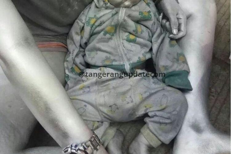 Viral di media sosial foto seorang bayi dengan tubuhnya dicat warna silver di Stasium Pengisian Bahan Bakar Umum (SPBU) Parakan, Pamulang, Tangerang Selatan.