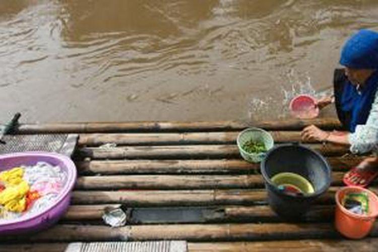 Warga Kampung Melayu, Jatinegara, Jakarta, mencuci pakaian, peralatan dapur, dan membersihkan makanan dengan air Sungai Ciliwung yang tercemar. Kesadaran masyarakat terhadap kesehatan masih rendah di sebagian wilayah di sepanjang bantaran sungai itu.