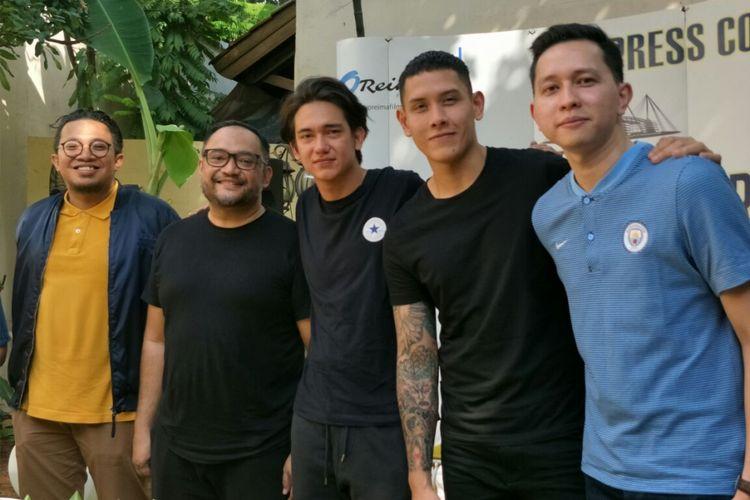 (Dari kiri ke kanan) produser Reza Hidayat, sutradara Rako Prijanto, Adipati Dolken, Ganindra Bimo, dan Hanif Thamrin dalam jumpa pers film Pemburu di Manchester Biru, di kawasan Kebayoran Baru, Jakarta Selatan, Jumat (11/5/2018).