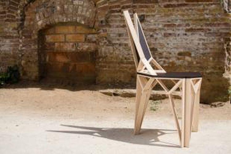Penggunaan kayu berwarna terang, lengkap dengan guratan halusnya yang berpadu bersama bentuk geometris unik dan kayu berwarna gelap menjadi karakter utama kursi ini.
