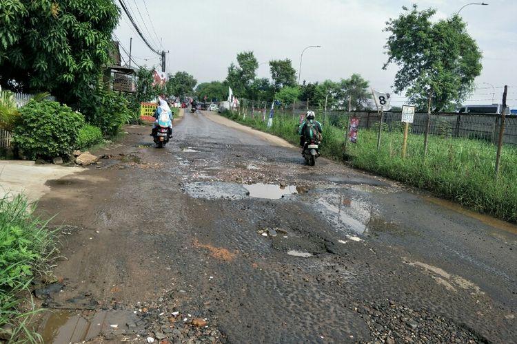 Jalan raya Gas Alam, Cimanggis, Depok, Kamis (11/4/2019).